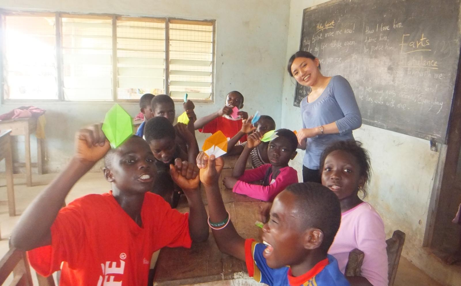 折り紙を通してガーナの子供たちと交流する教育ボランティア